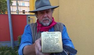 Gunter Demnig setzte den ersten Stolperstein in Hof für Hans Merker